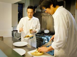 調理場で作業する今井さんと高木さん
